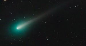 Comet ISON's blazing green tail captured in stunning photo